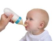 butelki, kubki, smoczki - Silikonowy pojemnik z łyżeczką do karmienia niemowląt